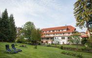 Blick vom Garten auf die Pension Tannenheim