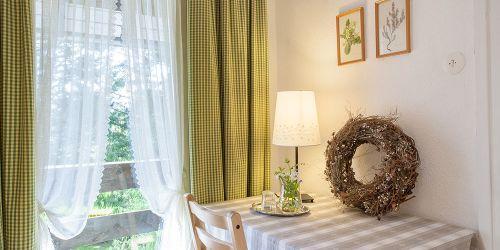 Einzelzimmer Balkon einfach: Tisch am Fenster