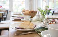 Frühstückstisch mit Brötchen