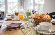 Frühstück mit Brotkorb