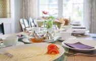 Frühstückstisch mit Käseplatte