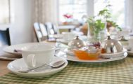 Frühstückstisch mit Marmeladen