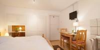 Doppelzimmer Terrasse: Tisch und Fernseher (Zimmer 5)